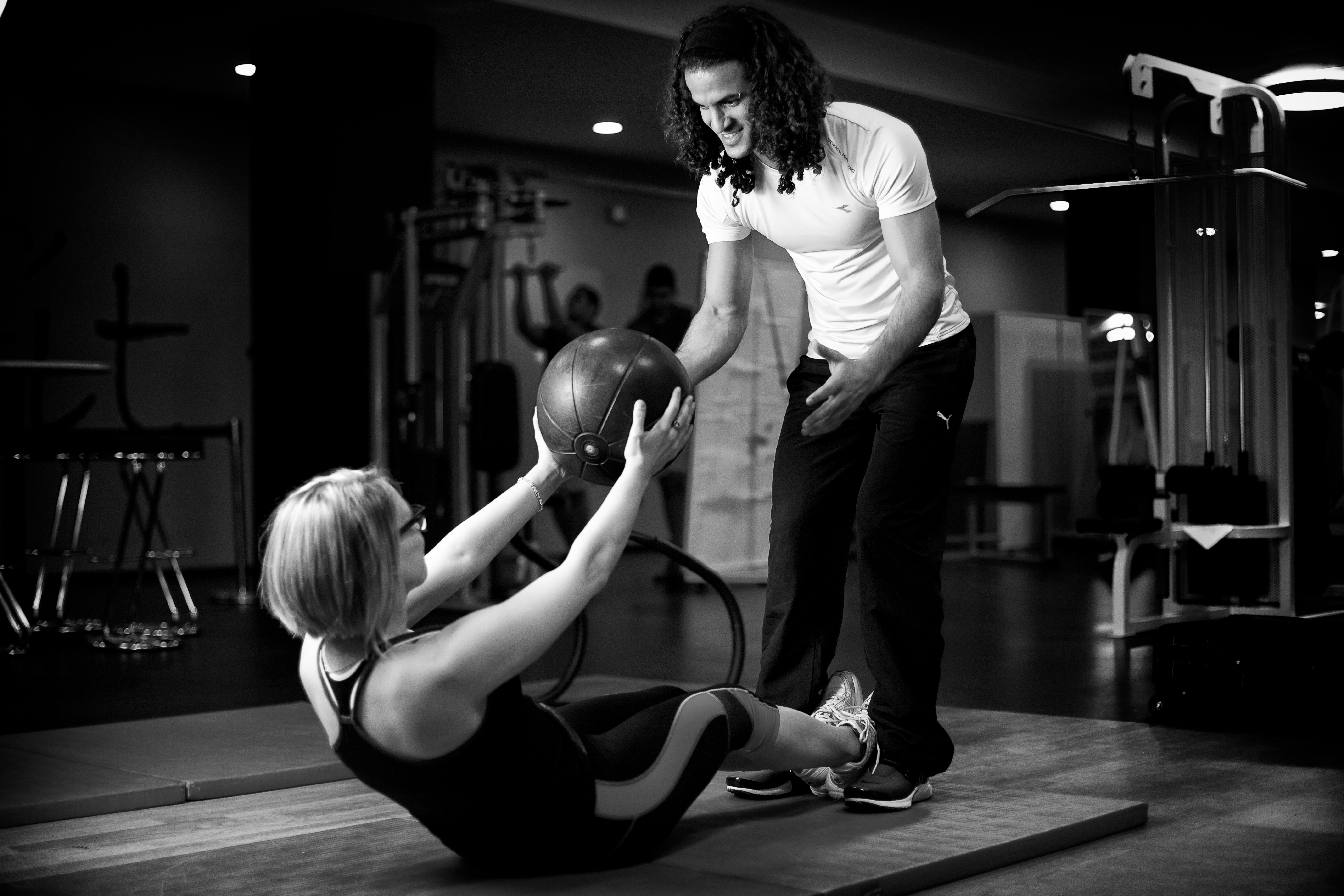 Personal Trainer zeigt Übung