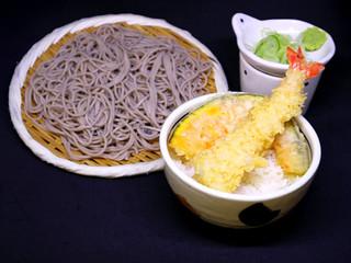 海老天丼(小)とそば/670円 温・冷うどん選べます。