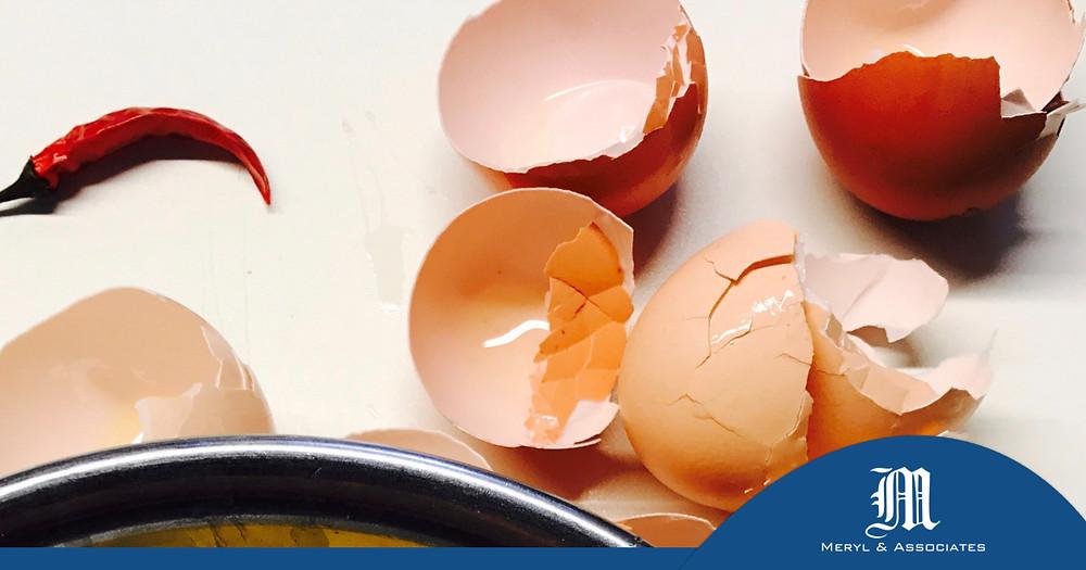 Oeufs cassés pour faire une omelette