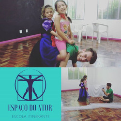 Na aula de Teatro do Verão Artístico, nosso profe de música virou até o cavalo das princesas ♥♥♥