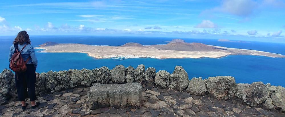Desde el Mirador del Río se ve la isla de La Graciosa entera