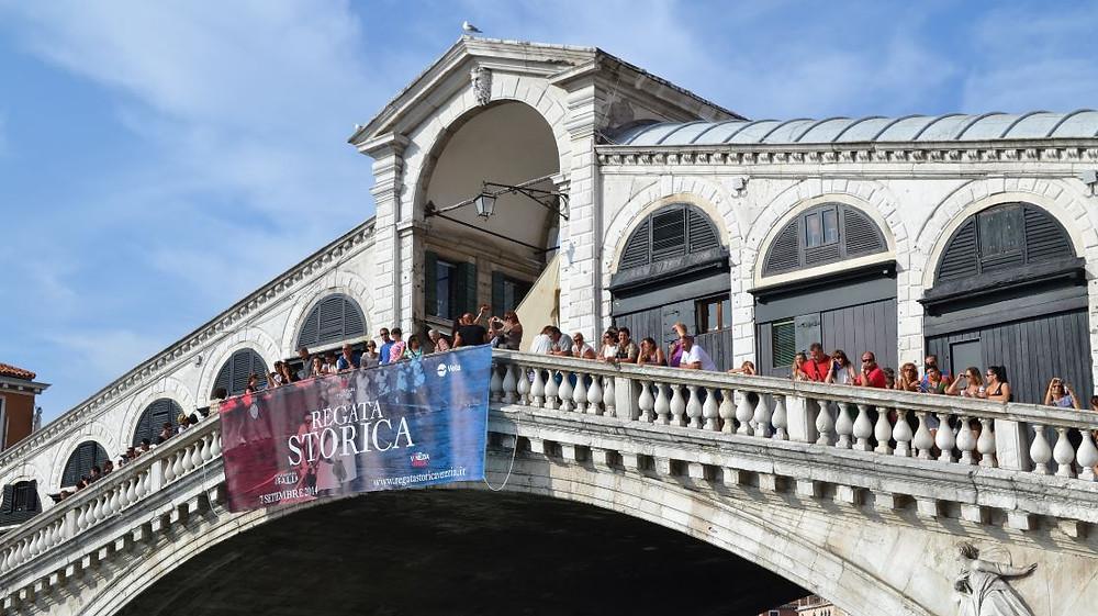 El Puente de Rialto fue uno de los lugares en los que escondimos un objeto para que lo encontraran nuestros amigos que visitaban Venecia pocos días después
