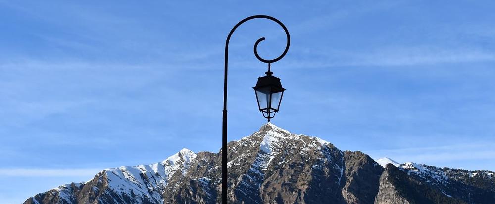 Al fondo de los callejones de Taüll se ven los bonitos picos pirenaicos