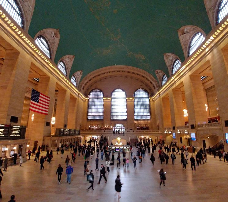 Observar la vida pasar frenéticamente desde las escaleras de Grand Central Terminal