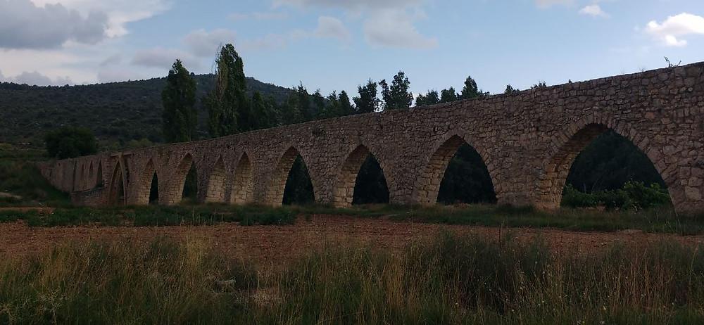 Una de las visitas recomendables es el Acueducto de los Arcos de Alpuente