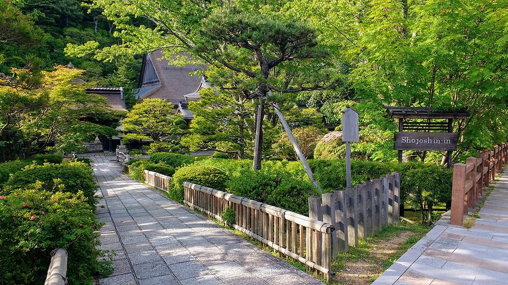 Entrada al templo Shojoshin-in, en Koyasan