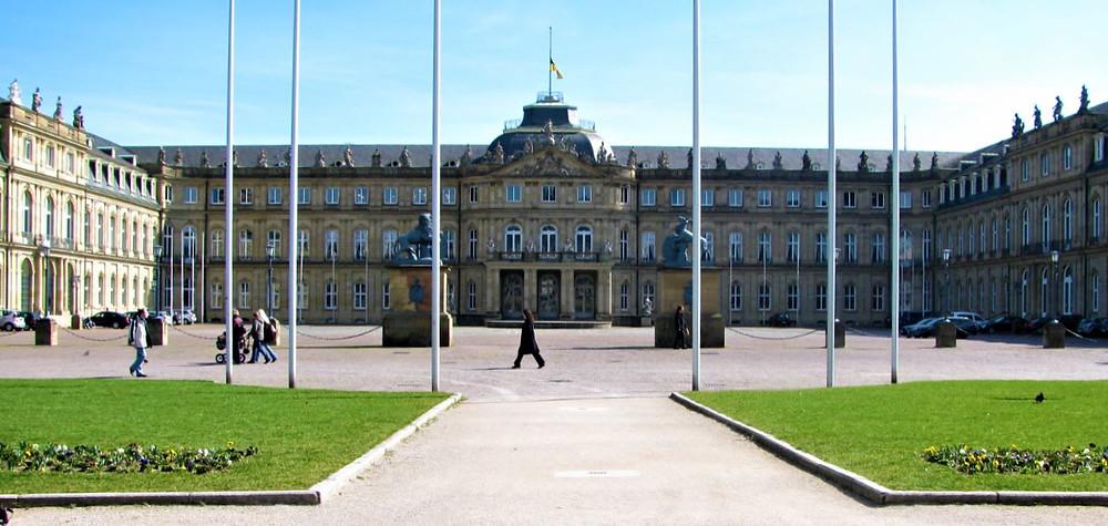 La Plaza del Castillo es muy abierta y está llena de zonas verdes perfectas para disfrutar de los días soleados