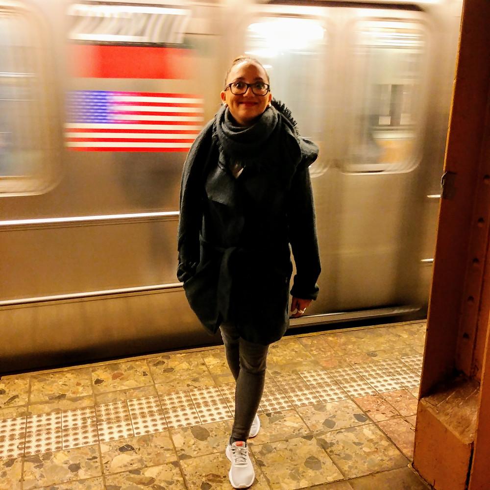 Anna en el metro de NYC, de camino a nuestra clase de Lindy Hop