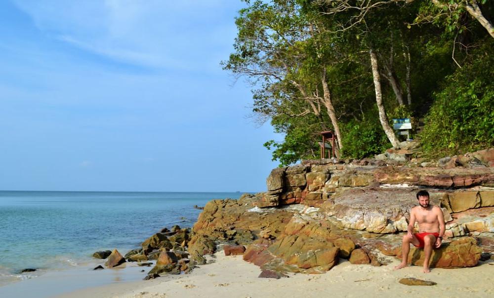 En la playa Pasir Tengkorak encontramos un primer lugar donde relajarnos en Langkawi