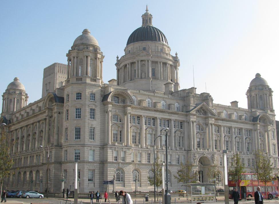 Los tres edificios clásicos frente al río Mersey le dan un aire muy señorial a la ciudad