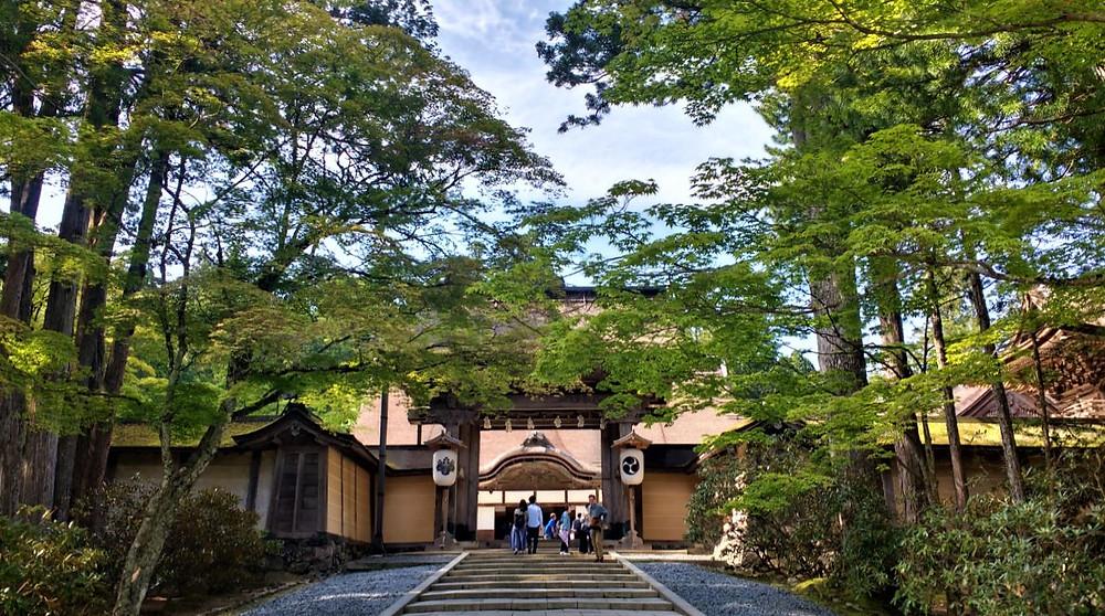 El acceso al templo Kongobuji es un lugar de lo más evocador