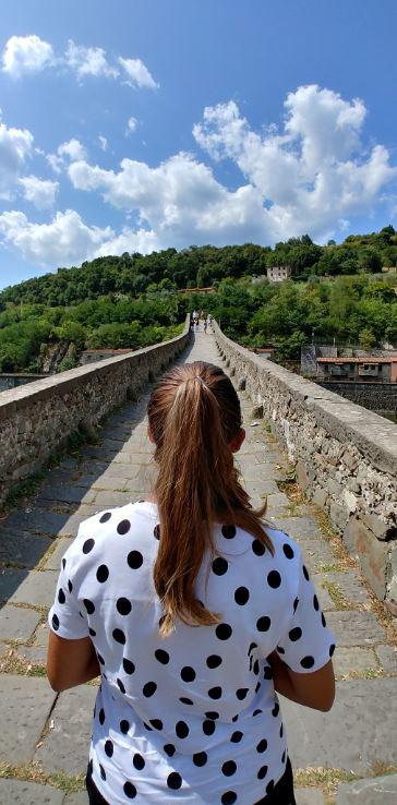 El precioso puente medieval cruza el río Serchio