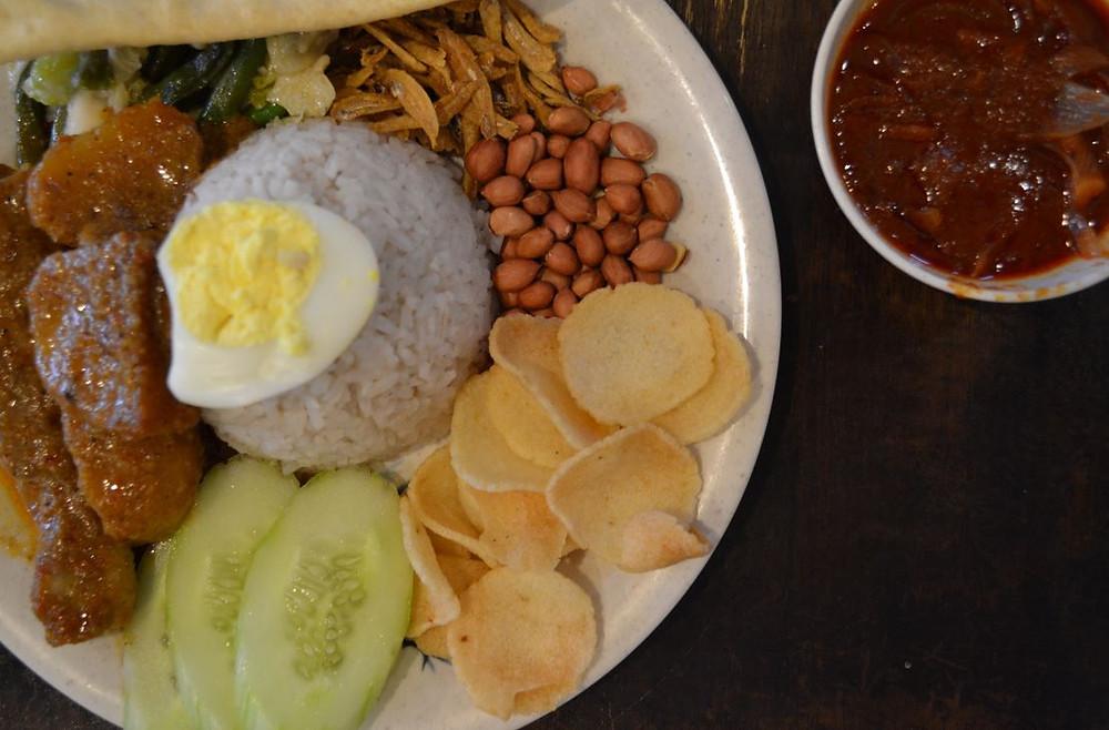 El Nasi Lemak es uno de los platos típicos de la comida malaya