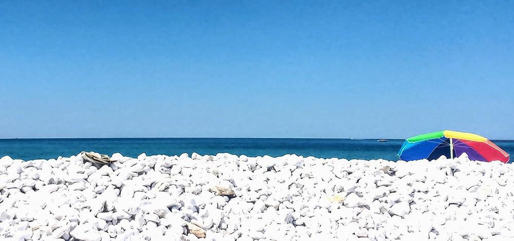 Marina di Pisa, con su tranquila playa de piedras