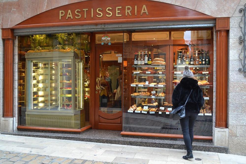 La Pastelería Viñas de Montblanc nos atrajo irremediablemente a su interior