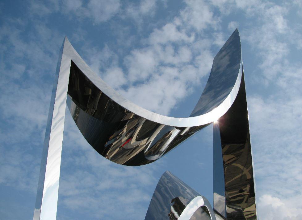 La escultura Life Electric refleja el cielo, el agua, y la ciudad de Como