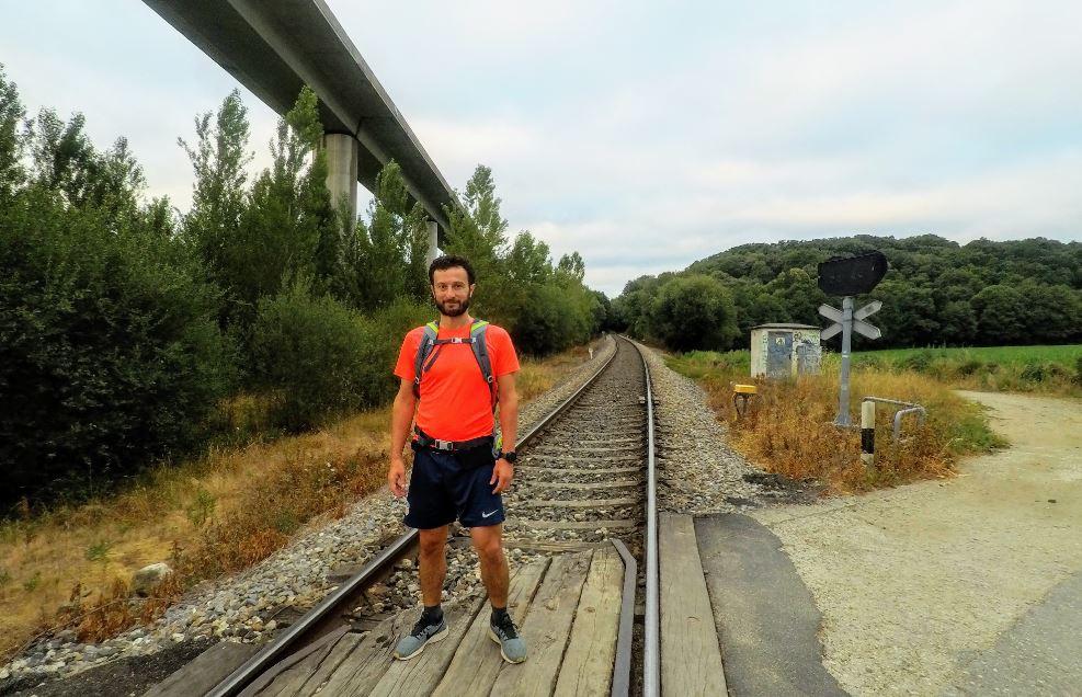 En cuanto pasamos la vía del tren, empezamos a subir una dura cuesta