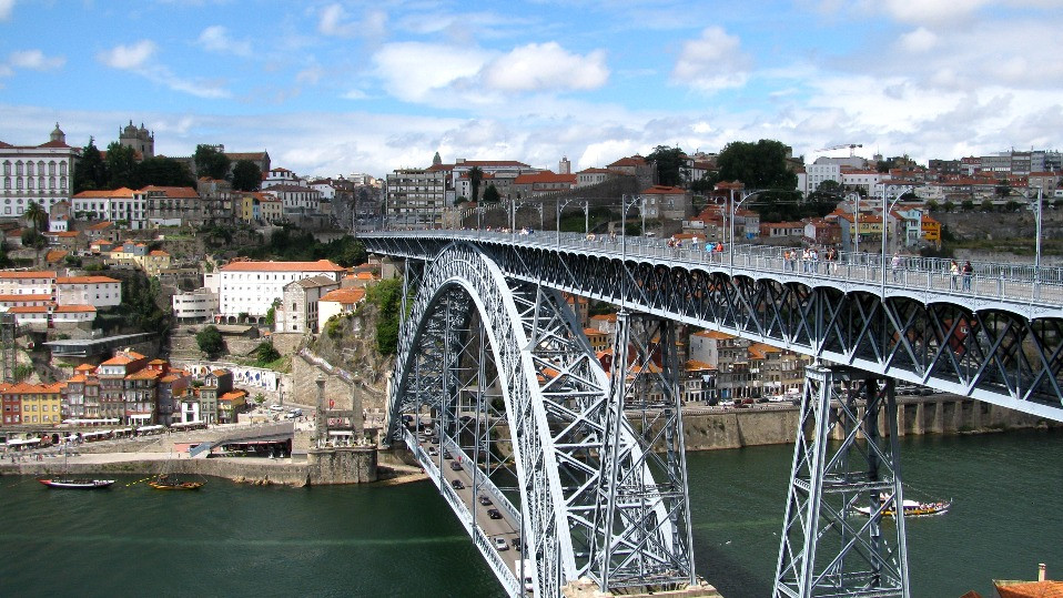 El puente de Luis I, por el que cruza el tranvía, en Oporto