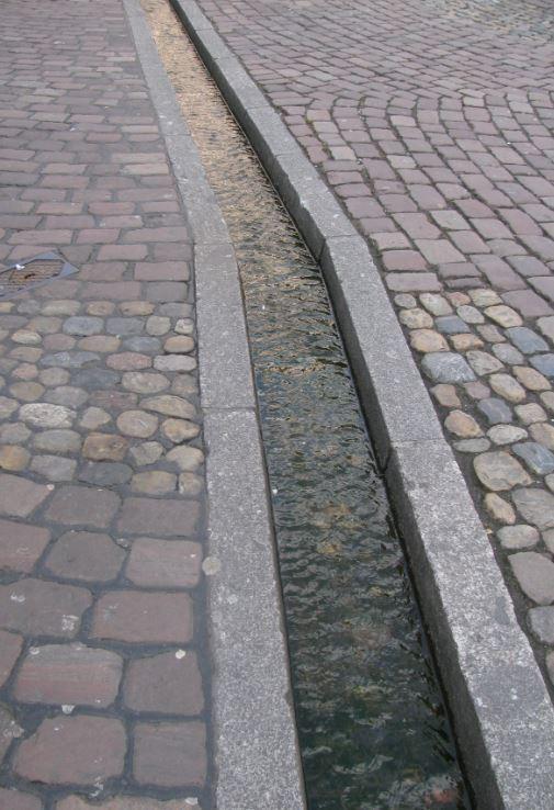 El agua corre por las principales calles de Friburgo a través de pequeños canales