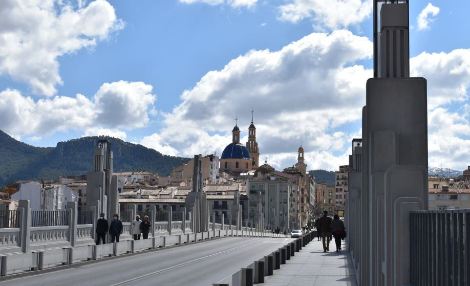 Cruzar el Puente de Sant Jordi es la mejor manera de acceder a Alcoy