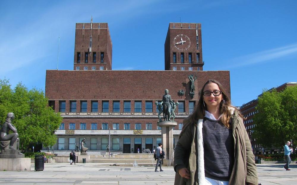 El Ayuntamiento de Oslo es un tosco edificio frente al fiordo