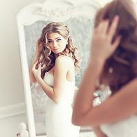 Bride patrząc w lustro
