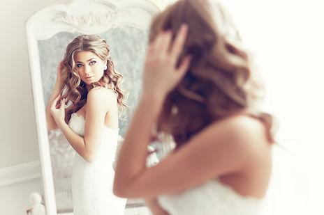 Noiva que olha no espelho