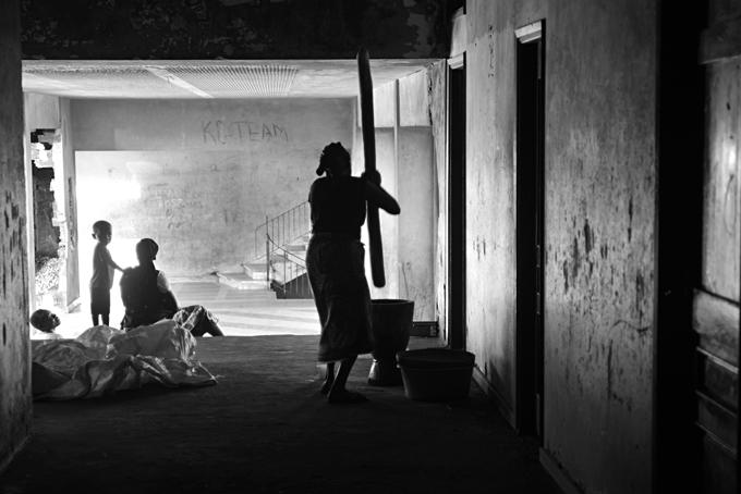 una donna macina il grano nel corridoio