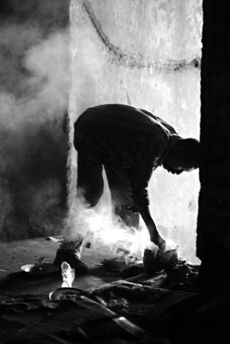 preparazione del cibo su un fuoco di for