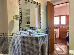 Main bathroom (to kitchen)