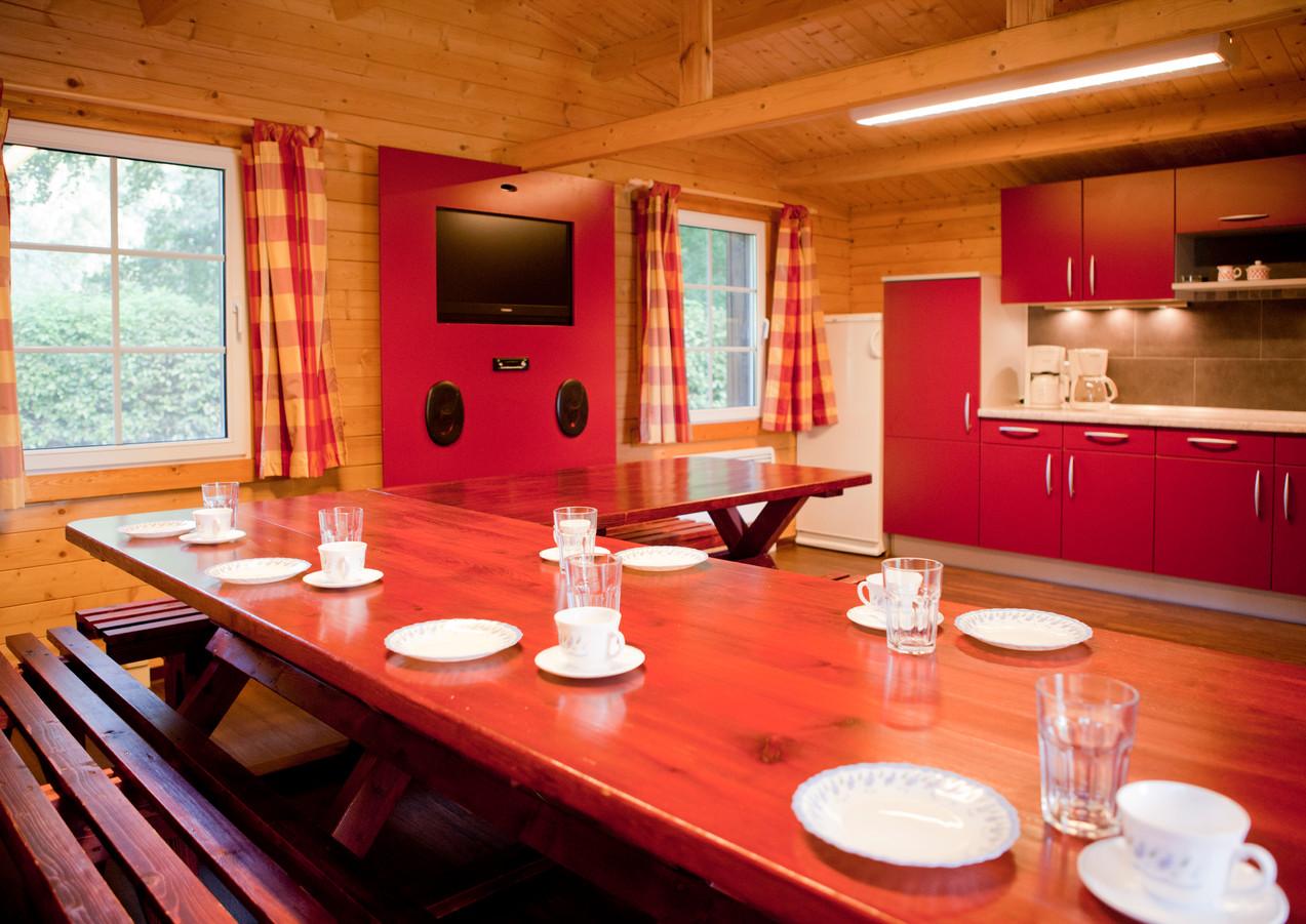 große, voll ausgestattete Küche