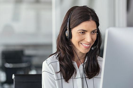 smiling-latin-woman-in-call-center-YAADZ