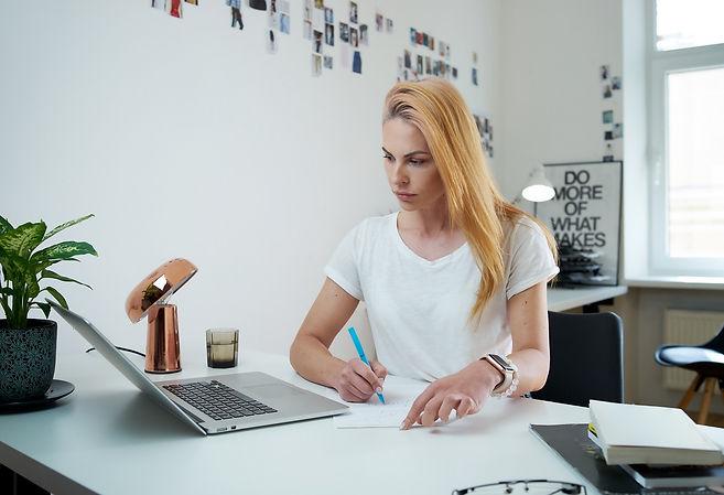 woman-freelancer-writes-document-with-a-pencil-sit-TM5JHYG.jpg
