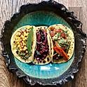 Tacos făcute de noi cu guacamole, salsa de roșii cu coriandru, fasole roșie, porumb dulce fermentat și sriracha, 350 g