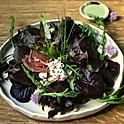 Salată cu verdeață multă de grădină, caș dulce de capră, sparanghel la grătar, cotlet crud-uscat de mangaliță și dressing de iaurt, 350 g