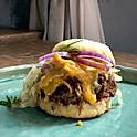 Pulled pork burger cu sos bbq homemade varză murată, dressing de mustar, ketchup de dovleac și chiflă homemade, cartofi cu paprika afumată copți în untură de rață, 350 g