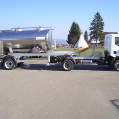 Milchtankauflieger mit Sattelzugmaschine