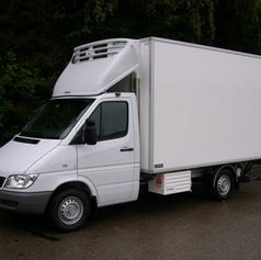 Kühlkoffer mit Kühlgerät und Hebebühne