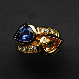 Gelbgold Ring mit 2 Saphiren und Diamant