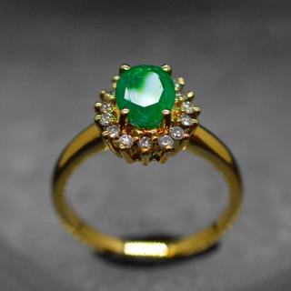 Smaragd Ring mit Diamanten.jpg
