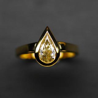 Gelbgold Tropfen Diamantring.jpg