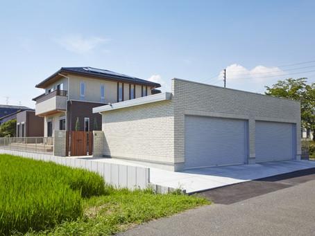 (瑞穂市M様邸) 4台を格納できる規格外のタイル張り大型シャッターゲートと広く取ったタイルデッキ