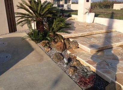(瑞穂市O様邸) リゾートな庭~ソテツとゆったり乱形石の階段~