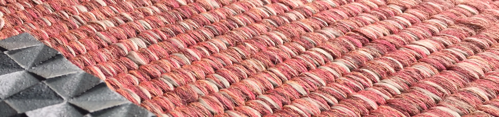 Essenzialità ed eleganza del Giappone sono le linee di ispirazione di questo tappeto. La tessitura, con un sottile bordo e frange appena accennate, riprende la trama continua ed uniforme dei pavimenti delle case tradizionali giapponesi, dove sedersi e stendersi in completo relax. Perfetti in abbinamento con i nuovi cuscini in acrilico Site.