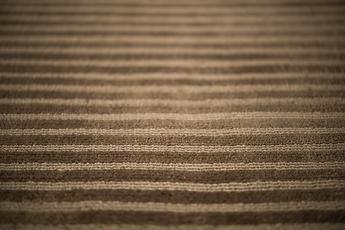 """Sottil solchi di """"loop"""", morbide righe che si alternano al """"cut"""" con ritmicità regolare. Una superficie apparentemente semplice, ma molto ricca nel suo movimento una volta distesa in forma di tappeto o pavimentazione continua."""