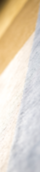 La collezione Rif è stata ispirata da un viaggio della designer in questa regione del nord del Marocco, affascinata dai colori e dalla storia di piccoli villaggi incastonati nella montagna. Una contaminazione che ha creato la forma del tappeto dall'incastro dei colori, contrastanti ma armoniosamente in equilibrio, e delle fibre, grezze e preziose, lisce e ruvide, che convivono in un'unica superficie.