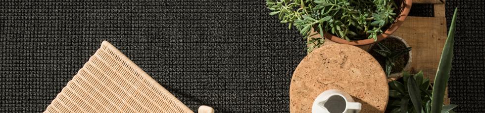 Tappeto tessuto a mano in fibra sintetica 'w-proof'®. Loop è ricerca e design di superfici, attenta lavorazione manuale e tecniche di tessitura tradizionali rivisitate. Il polipropilene è un filato nobile ed estremamente durevole, che ben si presta a diverse interpretazioni di linguaggio e di arte tessile.