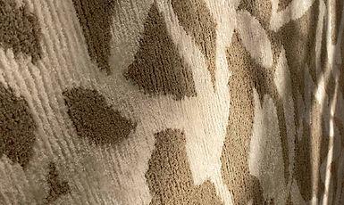 Tappeto annodato a mano, tecnica indotibetan, in fibre vegetali e seta di bamboo. Brush è un astrazione della scrittura calligrafica a pennello giapponese, sviluppata con l'antica tecnica di annodatura sumak.