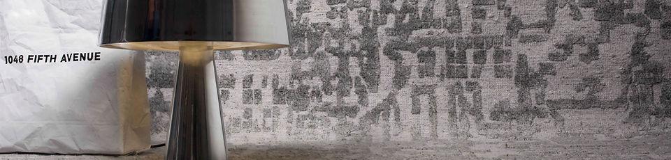 Tappeto annodato a mano, tecnica persiana, in blend di lana e viscosa filate manualmente. Il linguaggio visuale dei tappeti tradizionali si incontra con quello contemporaneo del design occidentale. Una storia artistica che si evolve al presente.