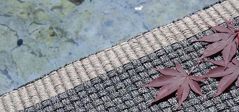 Tappeto tessuto a mano in fibra sintetica 'w-proof'®. Nimes è un prodotto molto strutturato e compatto. La lavorazione è ispirata agli intrecci tipici della cesteria. ll risultato è quello di un tappeto finemente contemporaneo, dalla combinazione dei colori particolari ad effetto mélange.